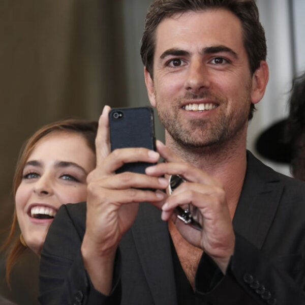 El actor Hadas Yaron tomó una foto con su celular a los fotógrafos.