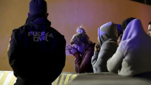 Decenas de personas se reunieron afuera del penal en espera de información, luego de conocerse la riña e incendio en el interior.