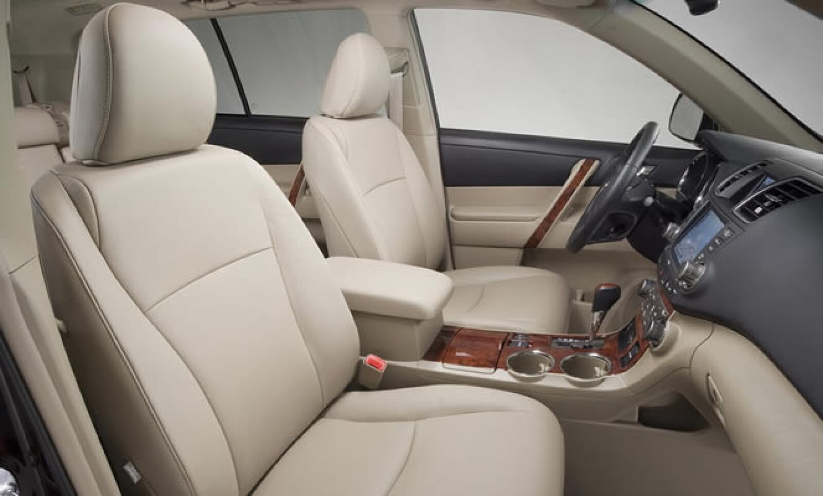 En el interior del vehículo, el sistema de audio presenta una nueva carátula e incluirá entrada USB para las versiones Premium y Limited 4WD.