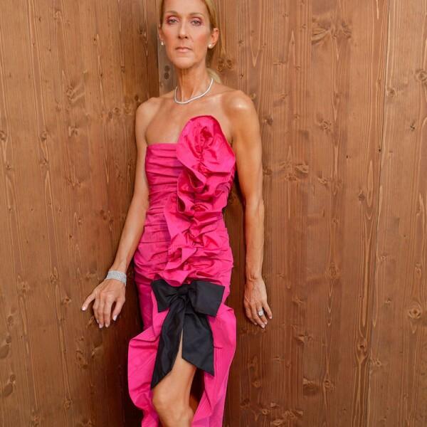 Celine Dion usando un vestido rosa de Miu Miu