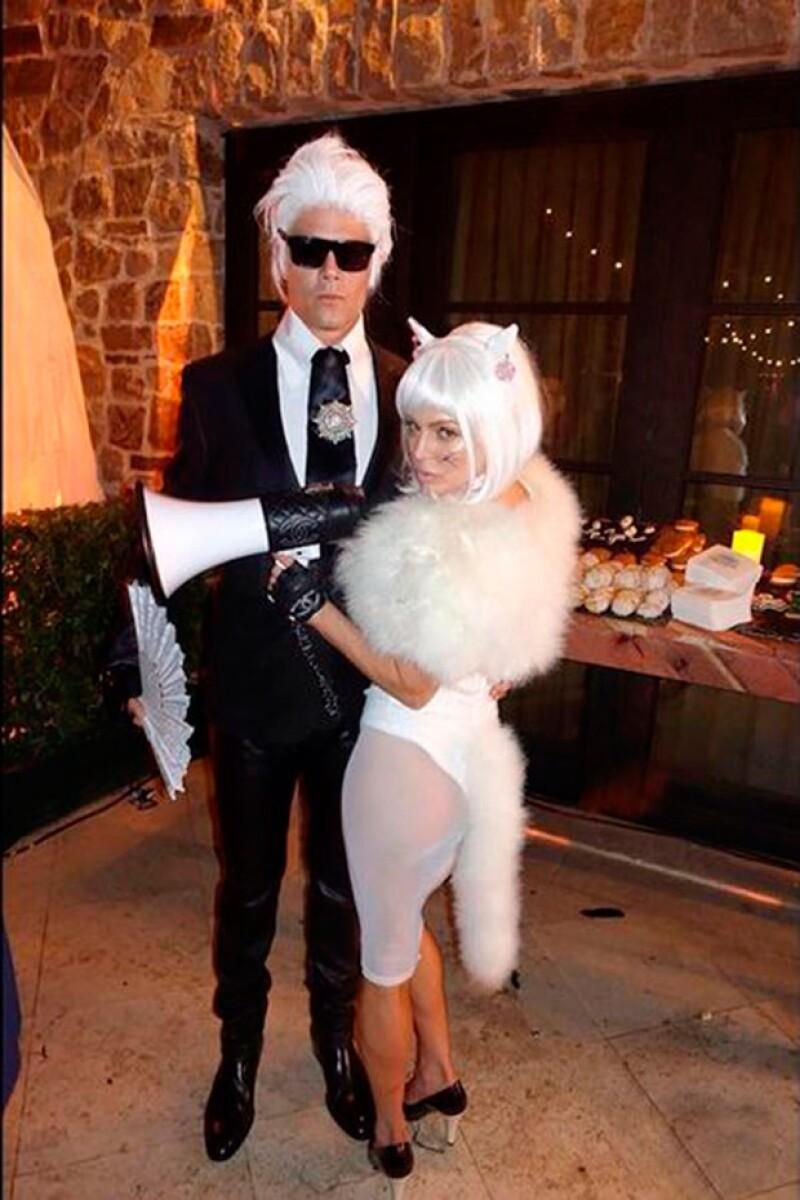 Fergie y su esposo fueron muy originales este Halloween al disfrazarse de Karl Lagerfeld y su famosa gata Choupette.