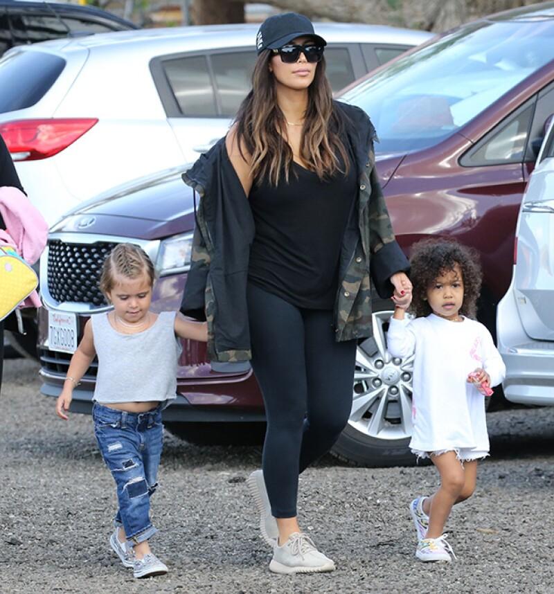 Kim llevó a su hija y a su sobrina a buscar huevos de Pascua y se divirtieron en grande.
