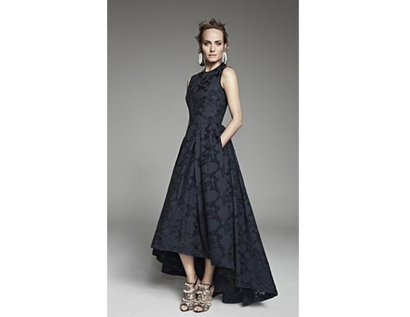 Amber Valetta modela para la marca con el famoso vestido y aretes llamativos.