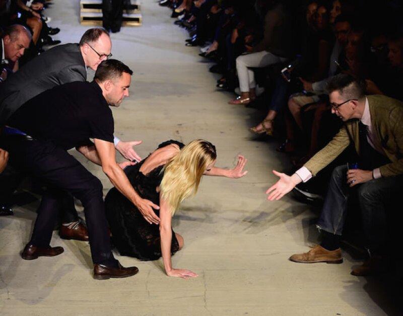 ¿Recuerdan la espectacular caída de Candice Swanepoel en el desfile de Givenchy? Pues no es la única que se ha visto en la semana de la moda, ni la peor…