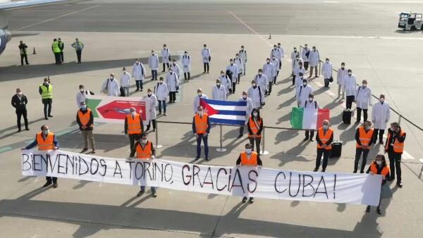 Médicos y enfermeros cubanos llegan a Italia para combatir el coronavirus