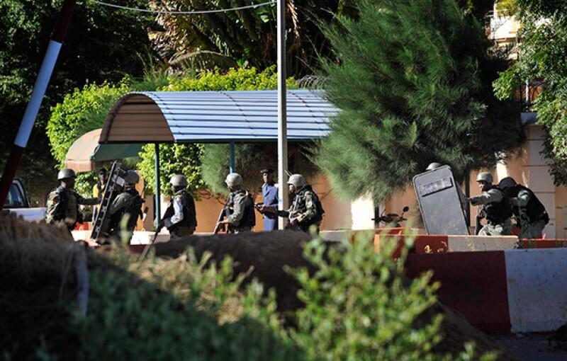Al menos tres personas -dos ciudadanos de Mali y uno francés- murieron en un ataque contra el Radisson Blu Hotel en Bamako, capital de Mali.