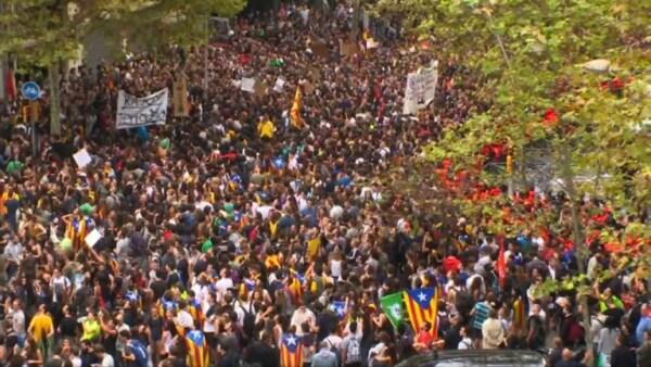 Cientos de catalanes protestan contra la represión policial durante referendo