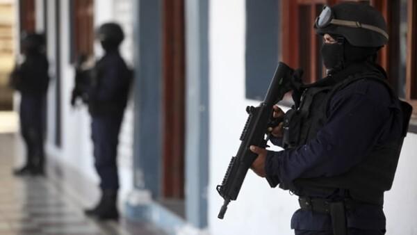 Elementos de la Policía Municipal de Tlalixcoyan, Veracruz, resguardando el ayuntamiento de dicha localidad