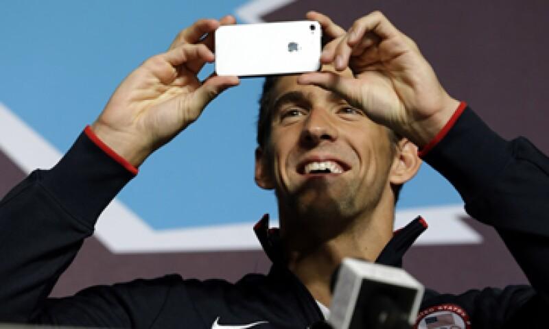 Phelps utiliza frecuentemente el Twitter, al igual que el resto del equipo de natación de Estados Unidos. (Foto: AP)