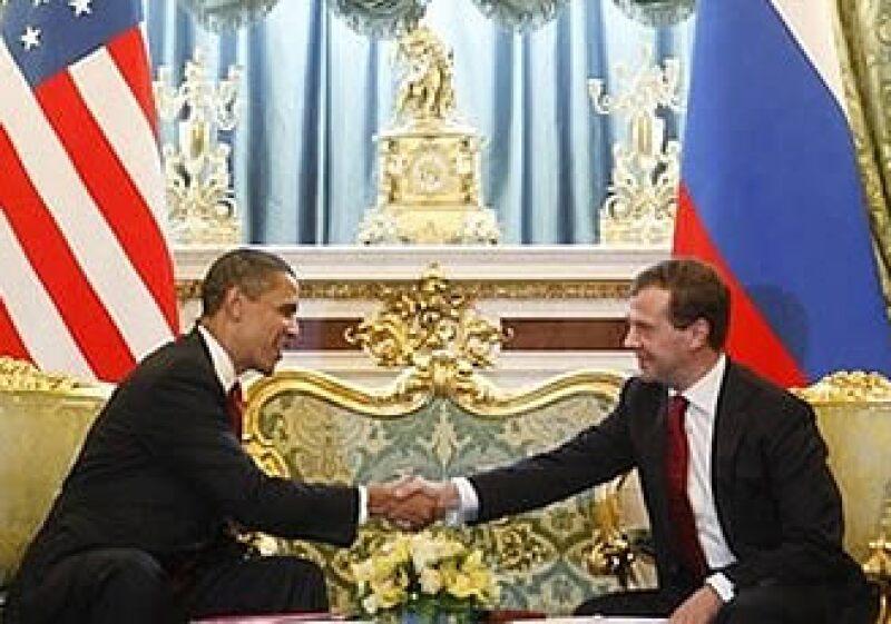 El presidente de EU, Barack Obama (izq) y el mandatario ruso Dmitry Medvedev (der.) acordaron una reducción en armas nucleares.  (Foto: AP)