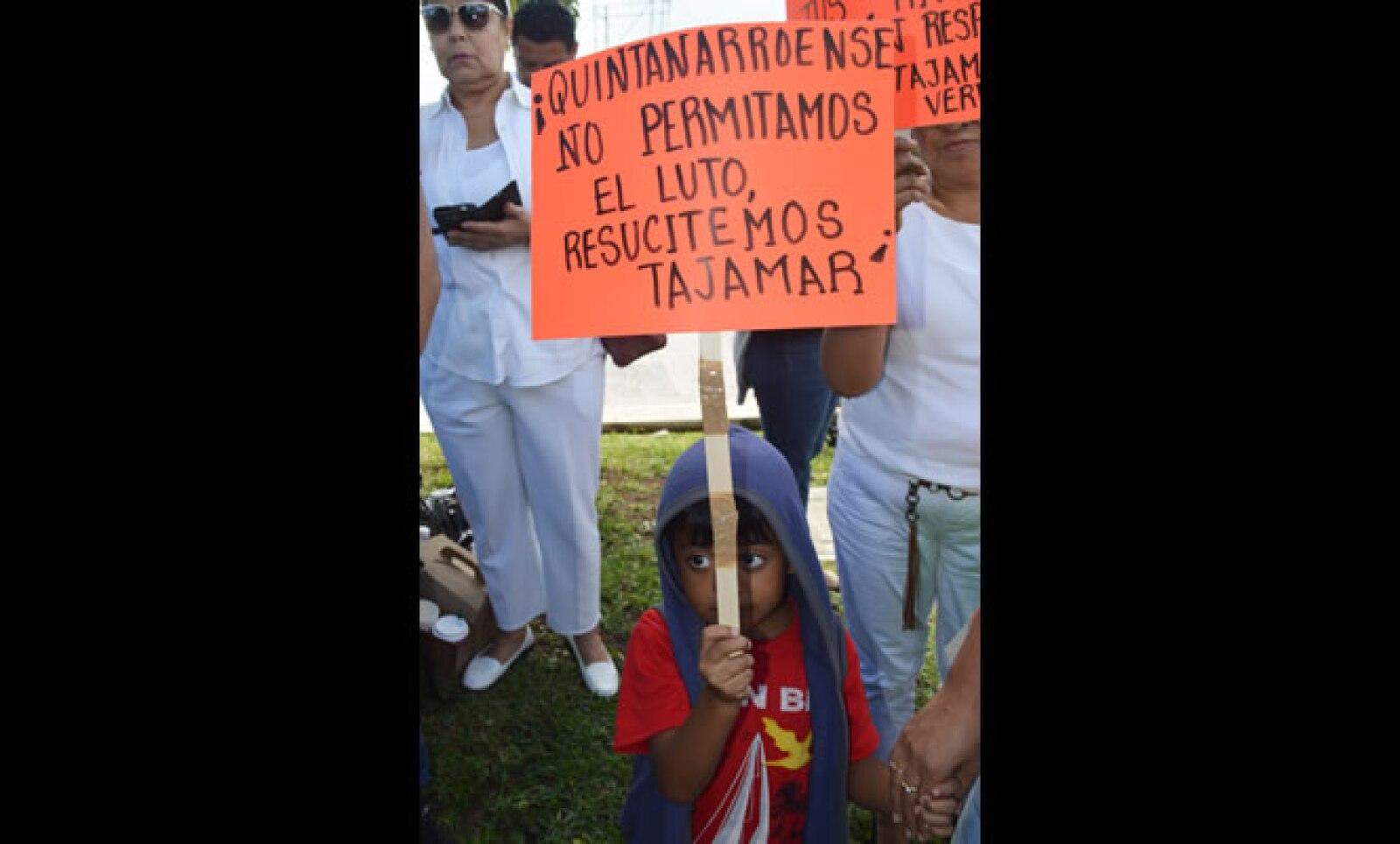 Los niños también participaron en la protesta contra la desaparición del manglar para realizar el proyecto turístico.