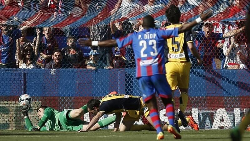 El jugador de Levante Pape Diop celebra tras el gol que se mete en la portería del Atlético de Madrid este domingo