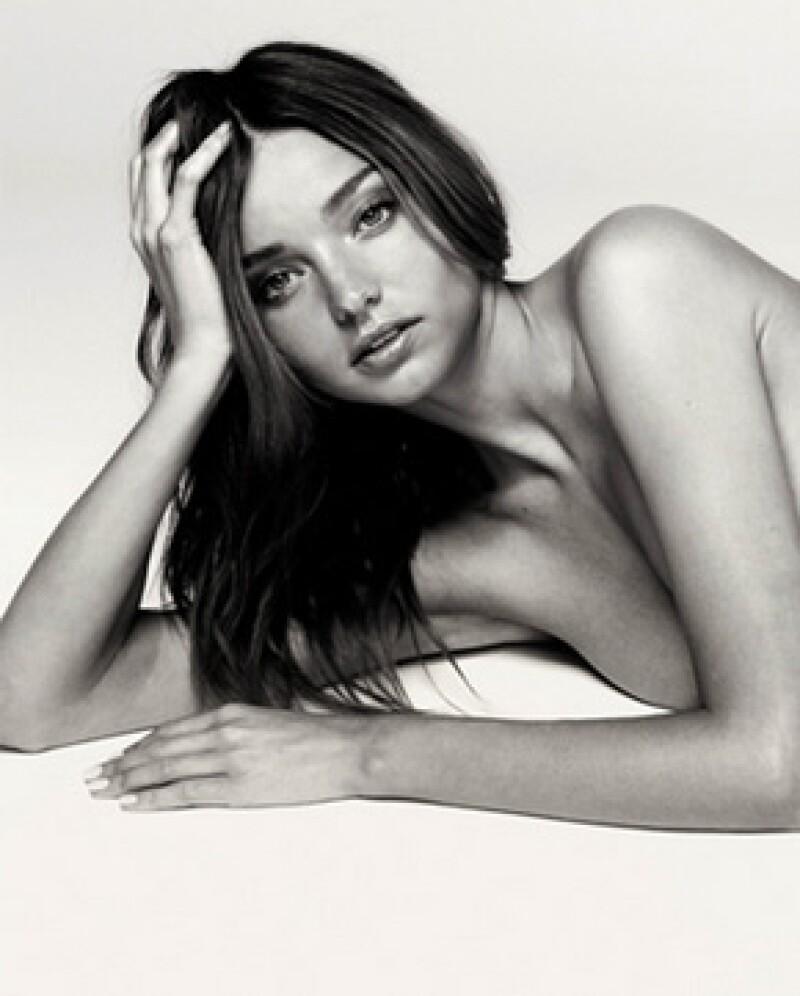 Actualmente circulan unas fotografías de la modelo en blanco y negro donde aparece sin nada de ropa.