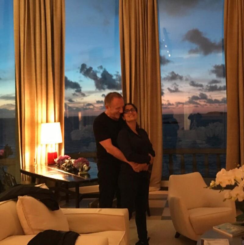 La actriz hollywoodense presumió el gran amor que le tiene a François-Henri con una imagen tomada en su casa.
