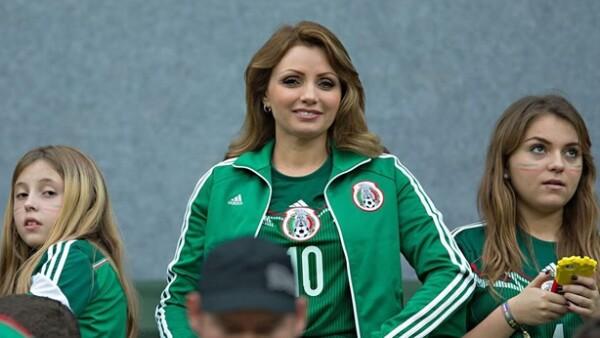 La primera dama de México se encuentra en Recife acompañada de Sofía y Regina Castro, las tres vistiendo con orgullo la playera de la Selección Nacional.