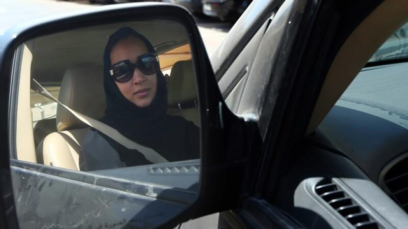 Una activista de Arabia Saudita maneja su automóvil en protesta por la prohibición que tienen las mujeres para conducir en la nación