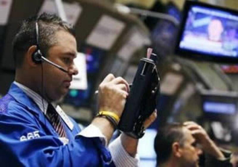 La Bolsa de EU sufrió caídas de 9% en sus principales indicadores, para luego recuperarse a bajas de 3%. (Foto: Reuters)