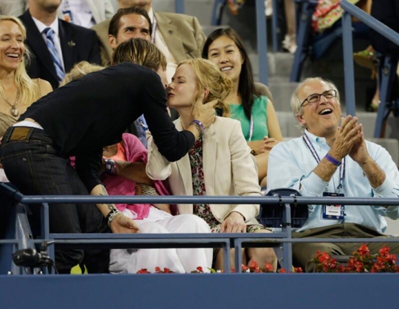 El cantante besó tiernamente a su esposa.