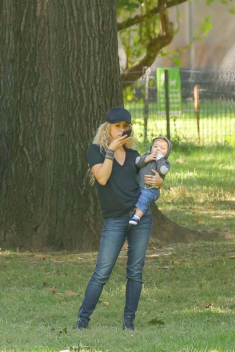 La cantante mostró sus habilidades para mantener una conversación con su celular y al mismo tiempo cuidar de su bebé, quien el 29 cumplirá ocho meses de nacido.