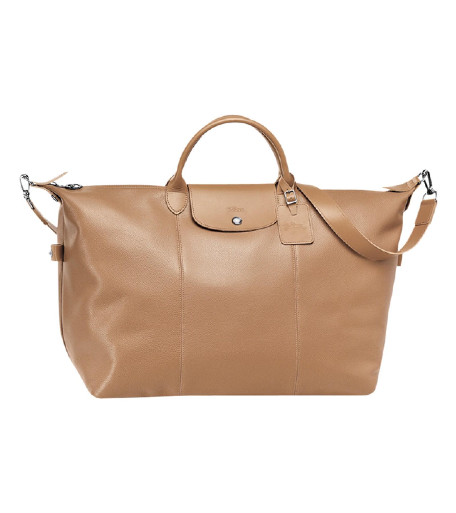 Longchamp: Bolsa de viaje Le Foulonné en color natural. Esta elegante duffle bag ofrece un increíble tamaño y una incomparable funcionalidad, perfecta para hacer cualquier viaje. longchamp.com
