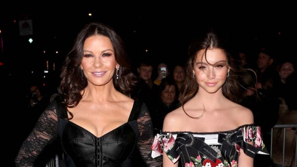 Catherine Zeta Jones y Carys Douglas