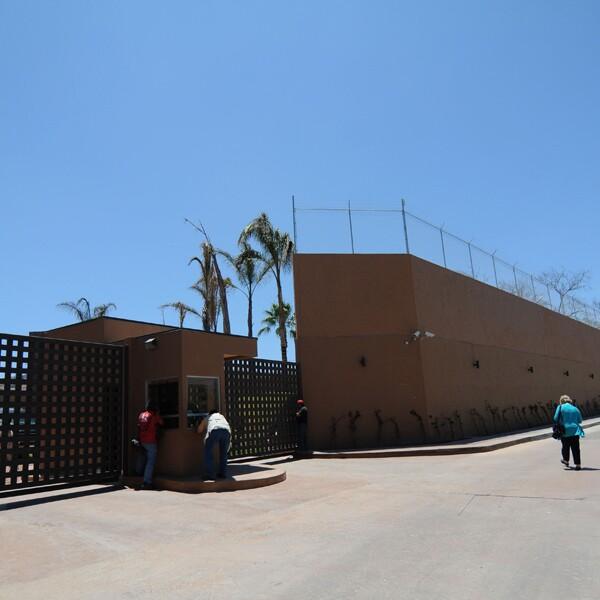 Fachada de la casa de Jorge Hank Rhon ubicada en el Hipódromo de Agua Caliente en Tijuana, Baja California.