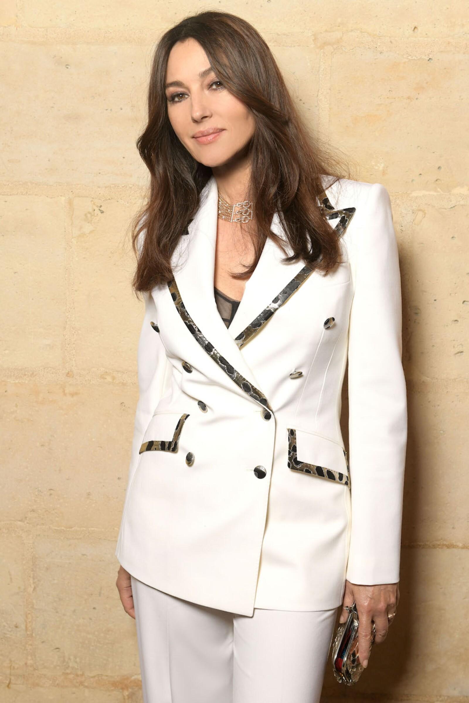 La reconocida actriz Monica Bellucci en un traje blanco Dolce & Gabbana a juego con un collar Cartier