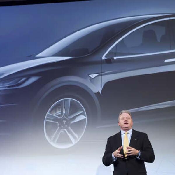 Joseph taylor, CEO de Panasonic para Norteamérica, habla frente a una imagen del Tesla, un auto eléctrico. La firma y Tesla están asociados con Gigafactory, fabricante de baterías.