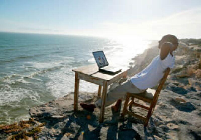 Imponte horarios de trabajo, proyectos, y recrea un ambiente formal para evitar caer en un libertinaje laboral. (Foto: Jupiter Images)