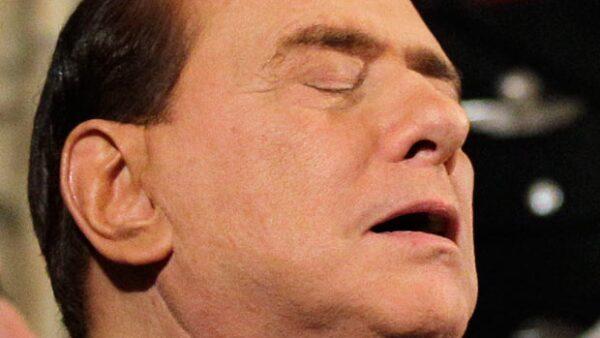 El Primer ministro italiano, Silvio Berlusconi, se quedó dormido en pleno discurso del Presidente de su país y nos regaló esta imagen.
