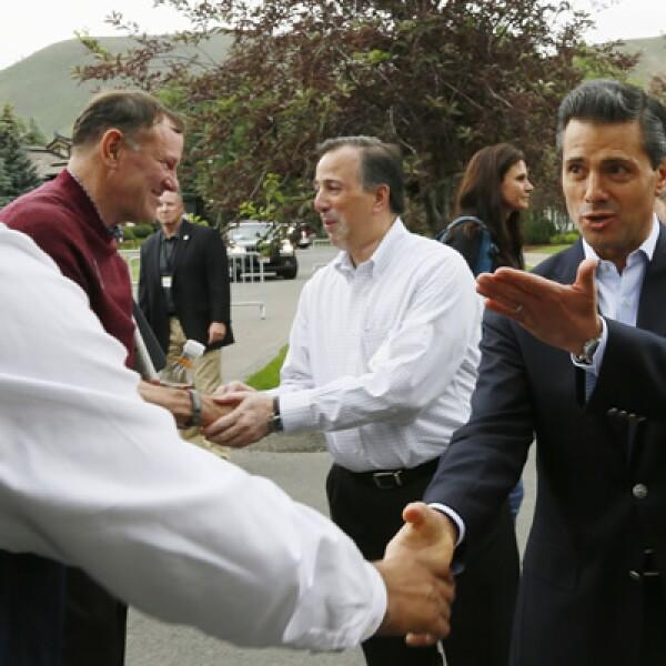 El presidente mexicano, Enrique Peña Nieto, estrecha la mano del vicepresidente de Google, Nikesh Arora.