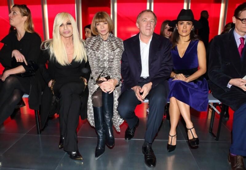 Hayek acompañada de su esposo y dos grandes figuras de la moda, Donatella Versace y Anna Wintour.