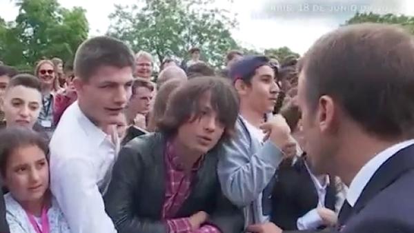 El presidente de Francia Emmanuel Macron reprende a un estudiante