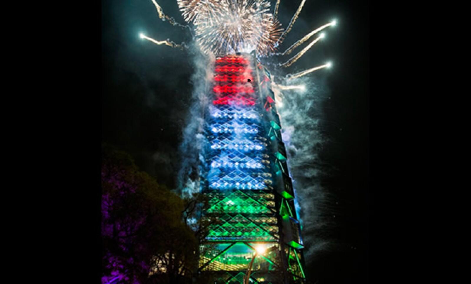 La torre cuenta con 43 elevadores, 2,813 lugares de estacionamiento, 255 lugares para bicicletas y un auditorio para 250 personas.