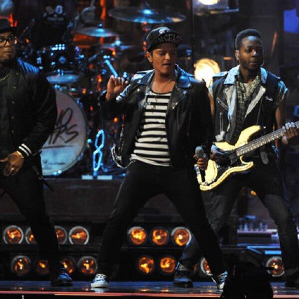 Bruno Mars encendió al público en el escenario y fue acreedor a un premio como Mejor solista internacional.