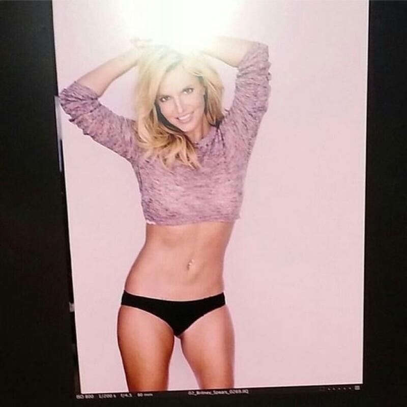 """La cantante ha sido criticada tras difundirse el audio sin edición de su tema """"Alien""""; a la par, ella compartió una imagen de su figura supuestamente sin Photoshop."""
