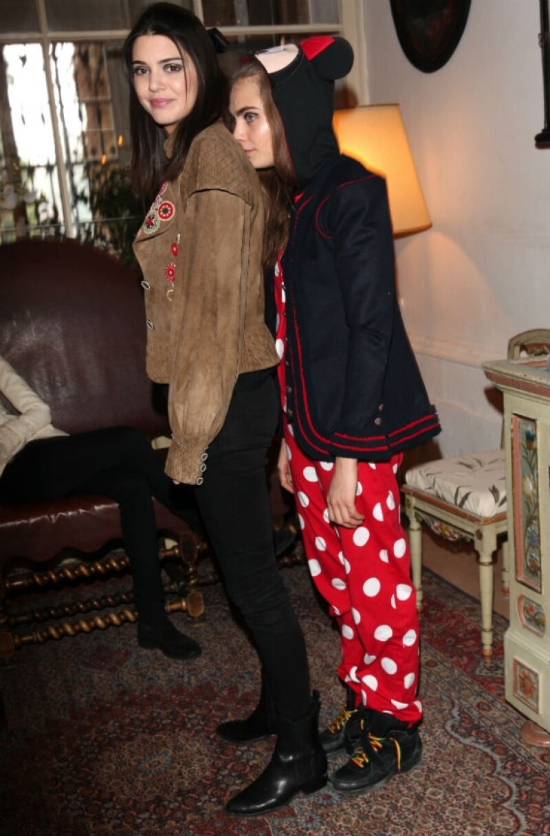 Cara y Kendall se relajan antes de prepararse para portar la colección de Chanel.