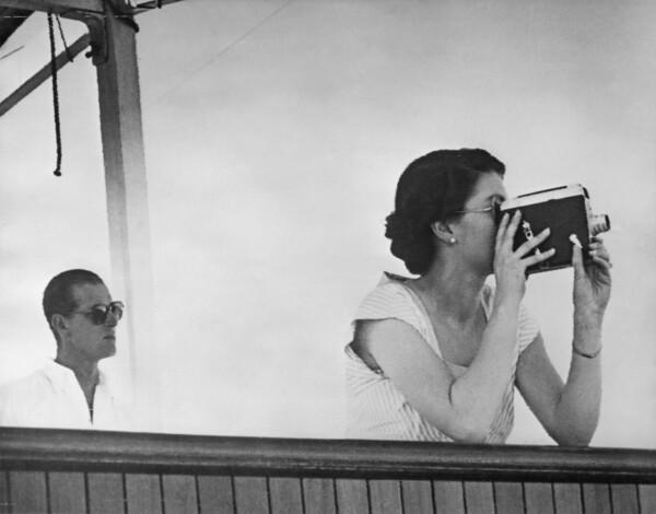 Isabel II con cámara de video