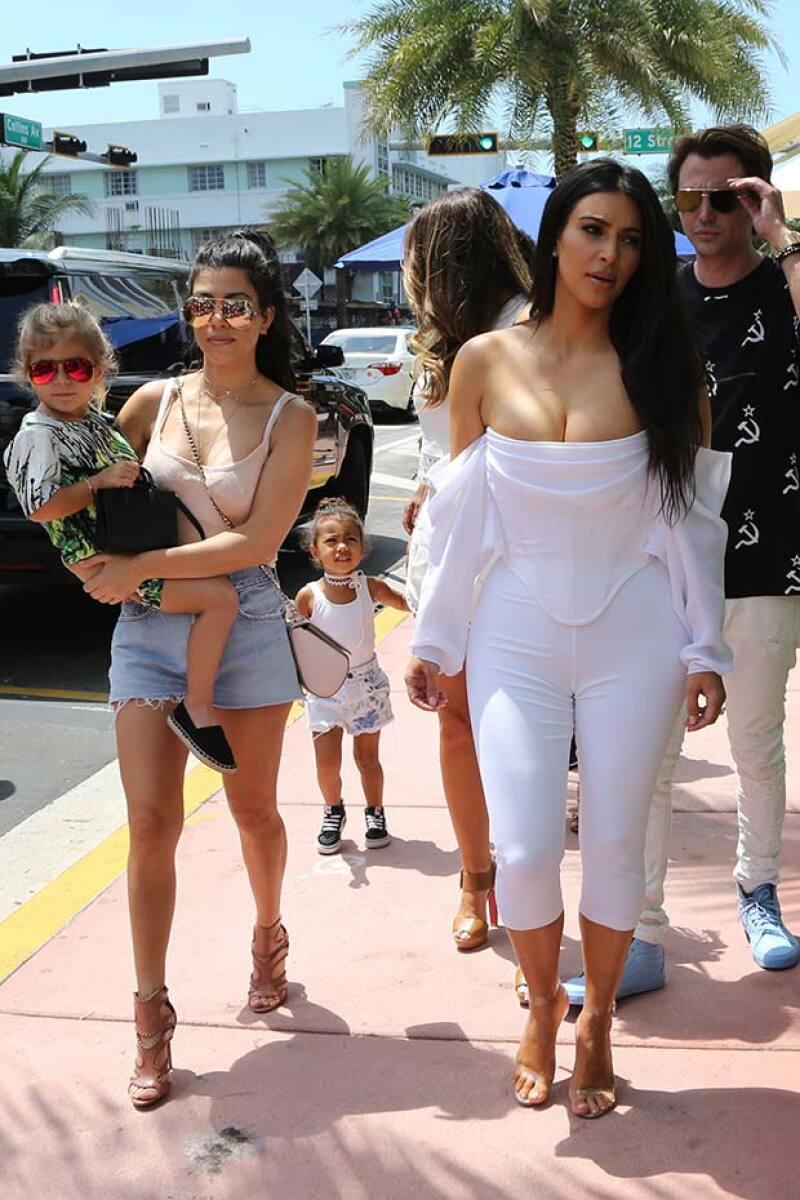 Kim estuvo acompañada en Miami de su hermana Kourtney, su sobrina Penelope y su hija North.