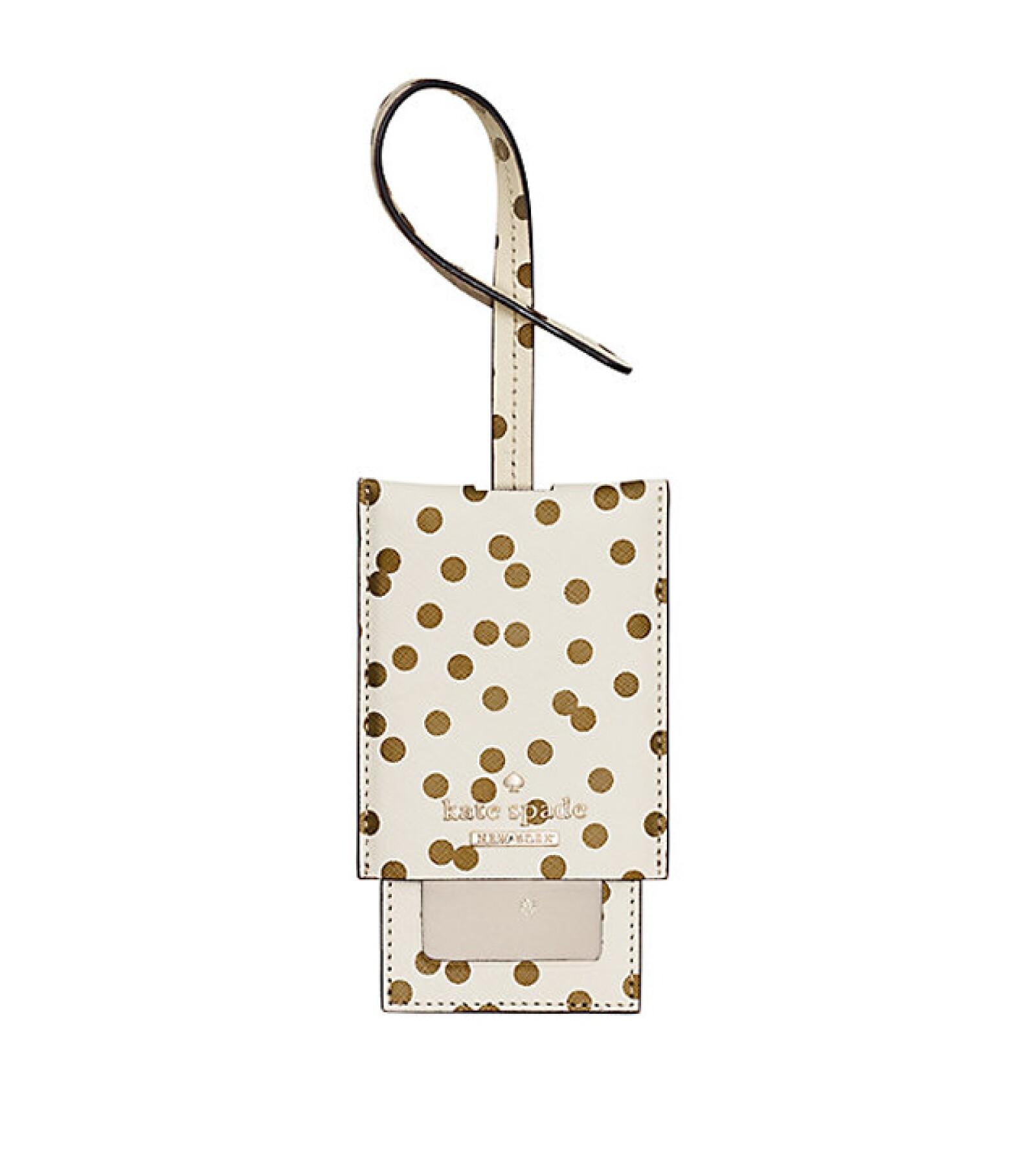 Kate Spade: Cedar Street Confetti Dot Lugagge Tag. Para asegurar que tu maleta siempre regrese a ti, esta etiqueta de equipaje es la mejor opción. Precio aprox. 1,156 pesos. katespade.com
