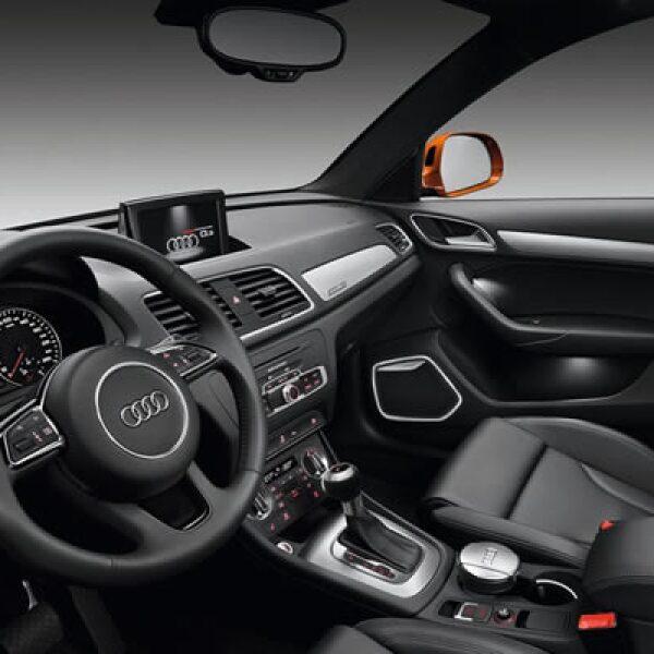 En el interior existe una pantalla táctil GPS que controla el radio del vehículo, clima, posición de asientos y se entrelaza con cualquier teléfono inteligente, mediante red de bluetooth.
