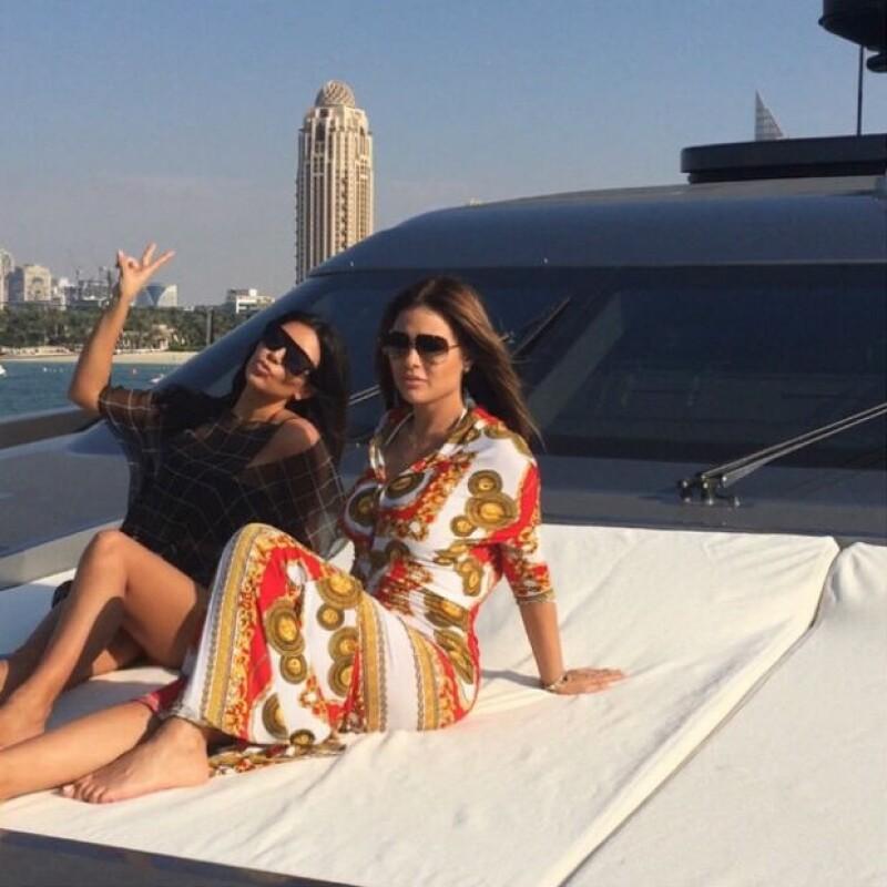 Kim y su amiga Carla Dibello desde un yate de lujo en Dubai. Ambas se hospedan en el lujoso hotel Atlantis The Palm.