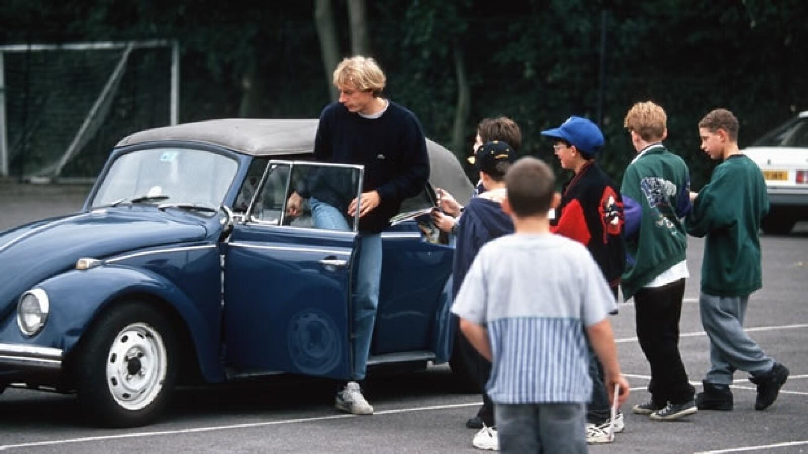 Jurgen Klinsmann sube a su Volkswagen Beetle