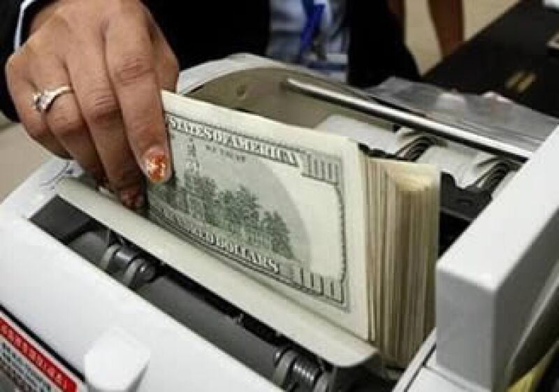 La previsión de que la Fed compre 500,000 mdd de deuda del Tesoro, ocasionó la caída del dólar. (Foto: Reuters)