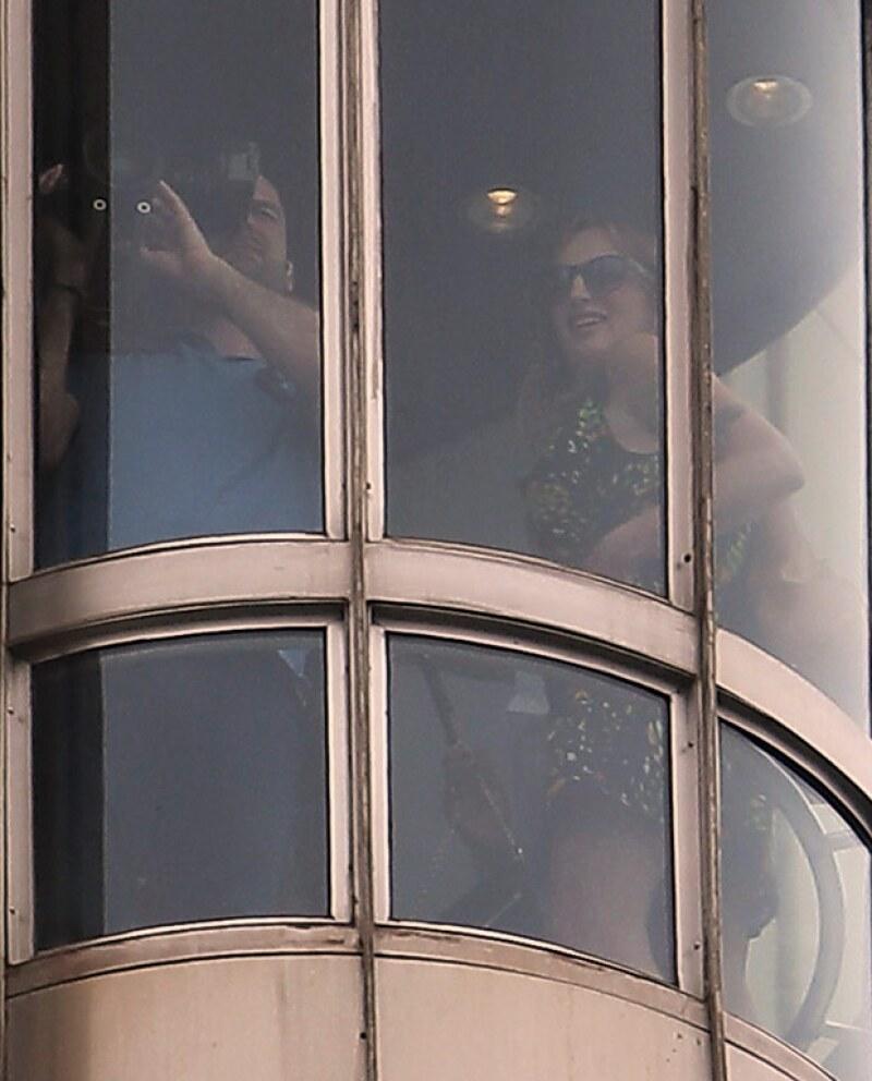 La pelirroja en cuestión se presume que es una reportera debido a que mientras iba en el elevador se captó junto con un camarógrafo.