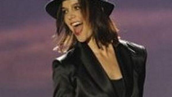 La actriz demostró en el programa So You Think You Can Dance? que sí sabe moverse y no sólo eso, sino que también cantó el tema Get Happy.