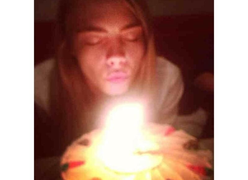 La modelo cumplió 21 años el pasado 12 de agosto; compartió fotos en Instagram de una cena en compañía de su familia y otras de una fiesta circense con sus mejores amigos.