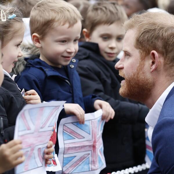 Príncipe Harry visita una escuela