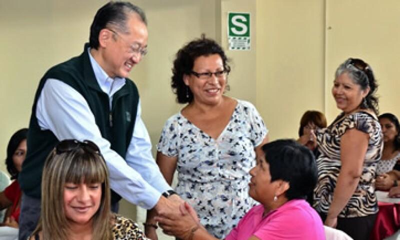 Kim concluyó en Perú este lunes una gira internacional que comenzó tras ser postulado al cargo por el presidente de EU, Barack Obama. (Foto: AP)