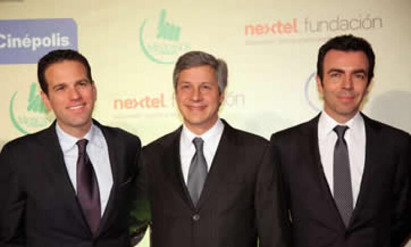 Carlos Loret, codirector de la película sobre la educación en México, Claudio X. González y Alejandro Ramírez, director general de Cinépolis. (Foto: Cortesía Quién / Luis Ortiz Vargas)